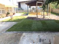 polaganje trave okoli otroških igral